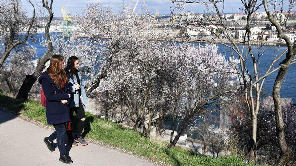 Девушки у Севастопольской бухты