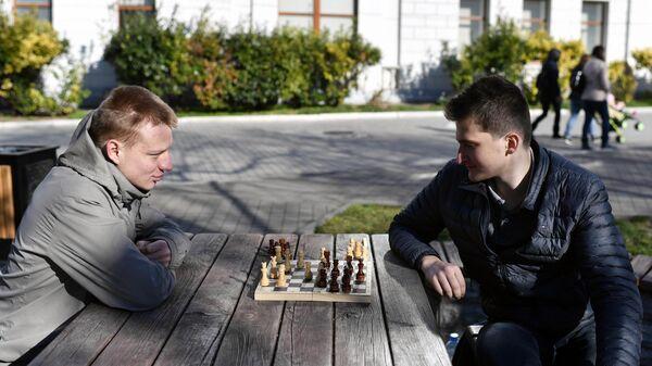 Мужчины играют в шахматы во дворе жилого дома в Севастополе