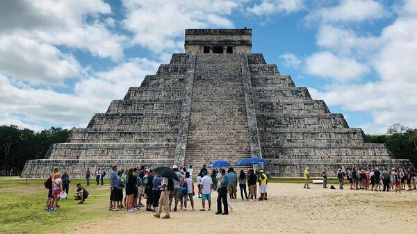 Туристы во время посещения пирамиды Кукулькана в Мексике