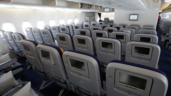 Салон эконом-класса в самолете A380 авиакомпании Lufthansa