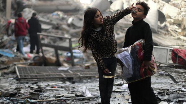 Палестинцы возле своего дома, разрушенного в результате ударов Израиля