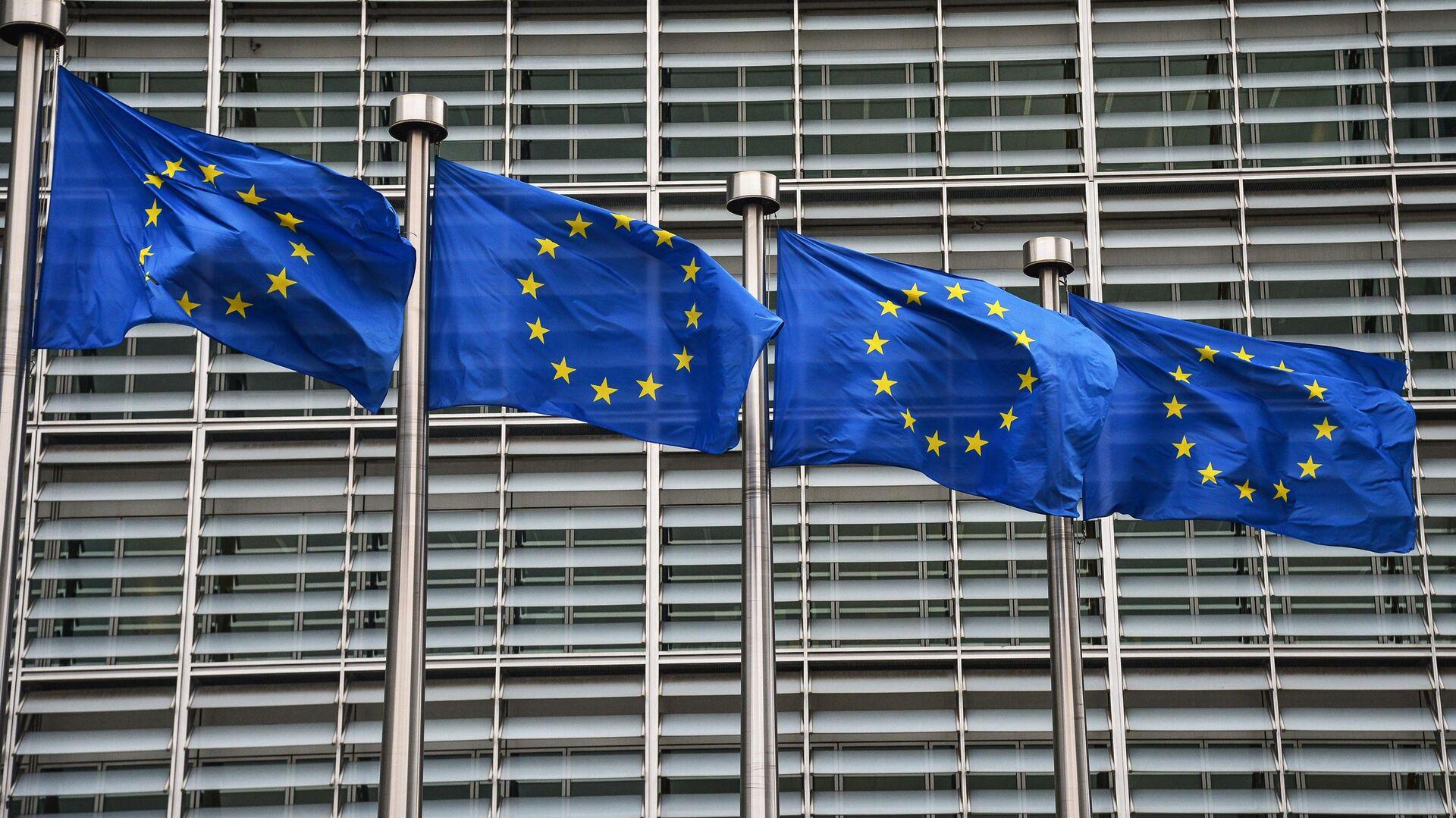 Флаги с символикой Евросоюза у здания Еврокомиссии в Брюсселе - РИА Новости, 1920, 21.09.2020