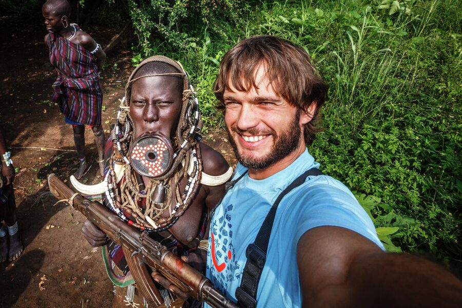 Эфиопия, долина реки Омо. Селфи в племени Мурси, ноябрь 2016.