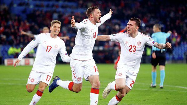 Футболисты сборной Дании забивают третий мяч в ворота Швейцарии, сравнивая счет