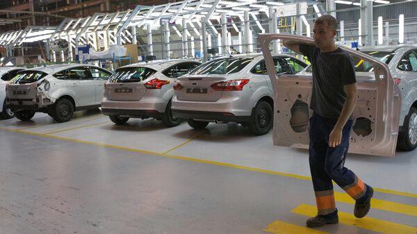 Рабочий в цехе завода Ford Sollers во Всеволжске
