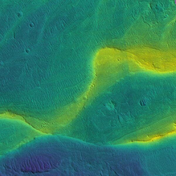 Русло и берега марсианской реки, покрытые наносами