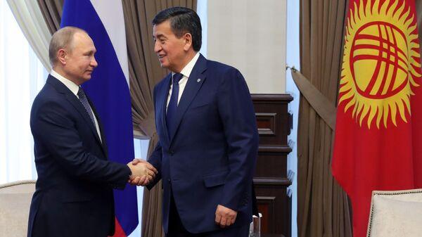 Владимир Путин и президент Киргизии Сооронбай Жээнбеков во время встречи в аэропорту Бишкека. 28 марта 2019