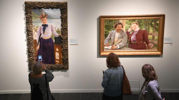 Посетители возле картин Портрет Натальи Борисовны Нордман и Автопортрет с Натальей Борисовной Нордман на выставке Ильи Репина в Третьяковской галерее в Москве