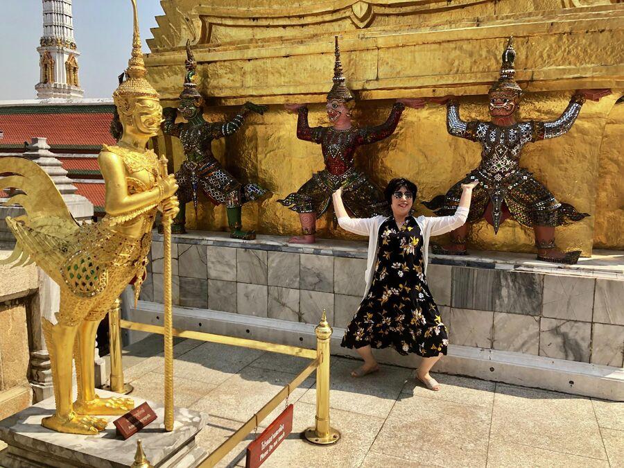 Туристка из Китая позирует для фото, Бангкок, Таиланд