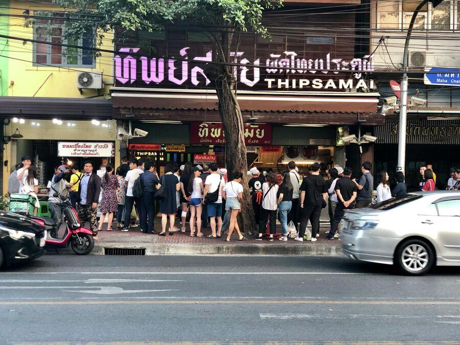 Посетители одного из кафе, Бангкок, Таиланд