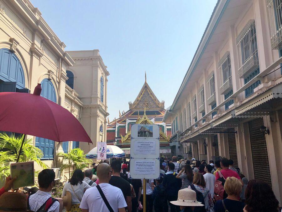 Толпа туристов перед входом в Большой дворец, Бангкок, Таиланд