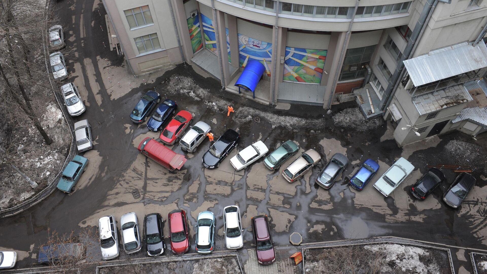Припаркованные автомобили во одном из дворов на улице Серафимовича - РИА Новости, 1920, 31.05.2021