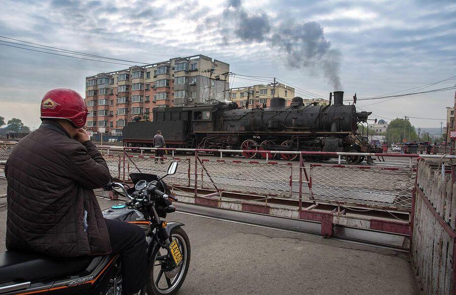 Китайский город Фусинь, провинция Ляонин. Здесь до недавнего времени (2017 год) железная дорога обслуживалась паровозами