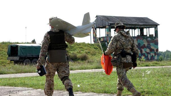 Украинские военные с беспилотным летательным аппаратом на Яворивском полигоне во Львовской области