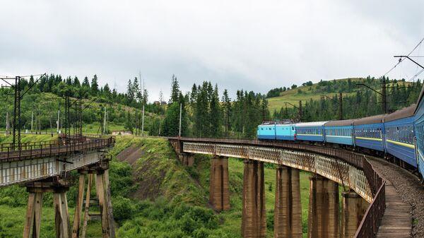 Пассажирский поезд в Карпатах
