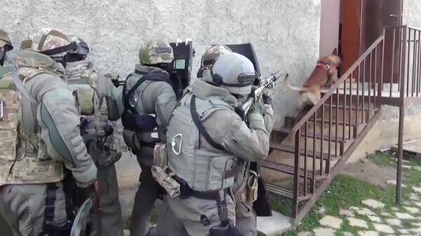 Сотрудники ФСБ РФ во время задержания члена преступной группы, причастной к терактам в московском метро