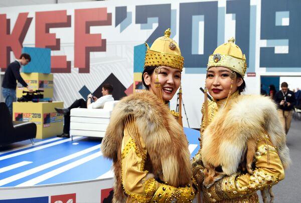 Девушки в национальной тувинской одежде на Красноярском экономическом форуме 2019 в Международном выставочно-деловом центре Сибирь
