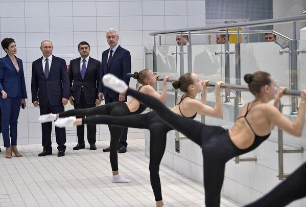 Президент РФ Владимир Путин во время посещения Олимпийского центра синхронного плавания А. Давыдовой