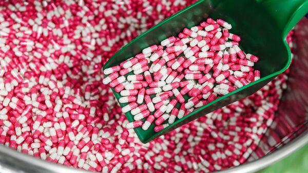 Загрузка гранул в конвейерную линию на фармацевтическом предприятии