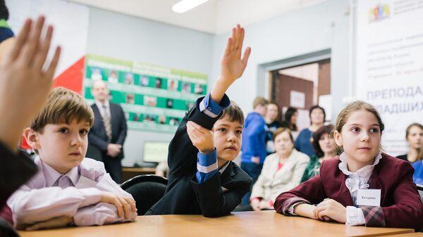 Ученики одной из школ во время урока
