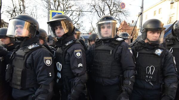 Сотрудники полиции дежурят во время проведения акции против президента Украины Петра Порошенко во Львове. 28 марта 2019