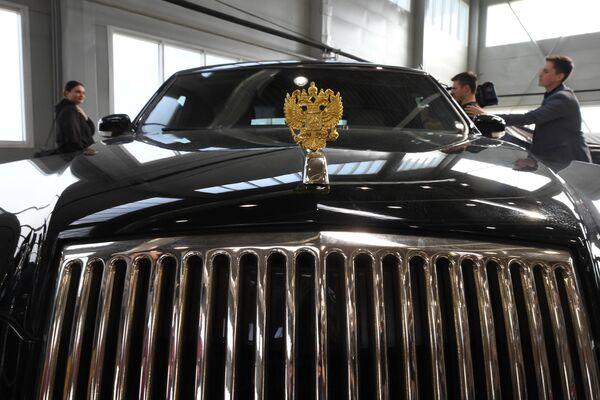 Шильдик автомобиля Aurus в Государственном научном центре РФ ФГУП НАМИ в рамках проекта Открой#Моспром в Москве