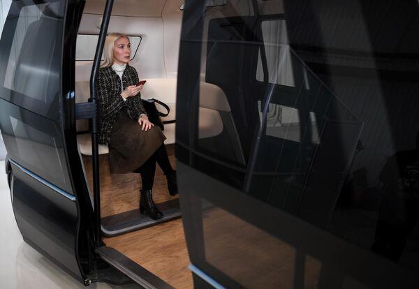 Девушка в салоне беспилотного шаттла в Государственном научном центре РФ ФГУП НАМИ в рамках проекта Открой#Моспром в Москве