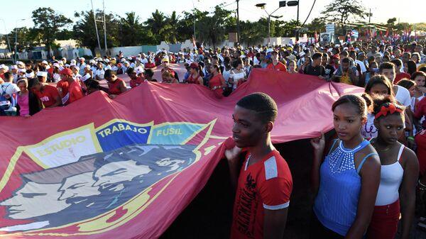 Участники первомайской демонстрации в Сантьяго-де-Куба в День международной солидарности трудящихс