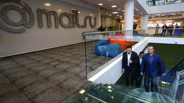 Председатель правительства РФ Дмитрий Медведев и генеральный директор Mail.Ru Group Борис Добродеев во время осмотра офиса компании Mail.ru Group