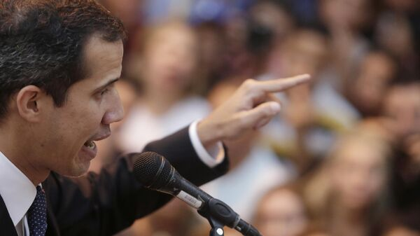 Лидер оппозиции Хуан Гуаидо во время выступления на митинге в Каракасе. 29 марта 2019