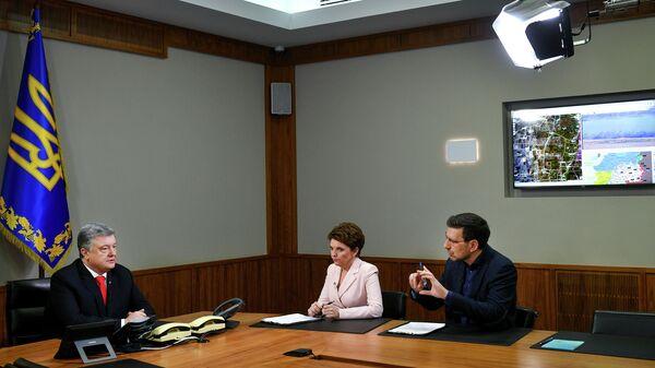 Президент Украины Петр Порошенко беседует с журналистами в ситуационной комнате