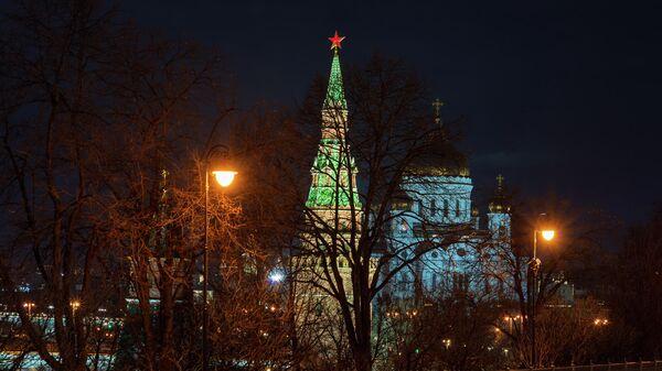 Башня Московского Кремля и храм Христа Спасителя до и после отключения подсветки в рамках экологической акции Час Земли