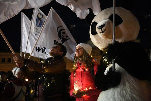 Участники экологической акции Час Земли на Красной площади в Москве