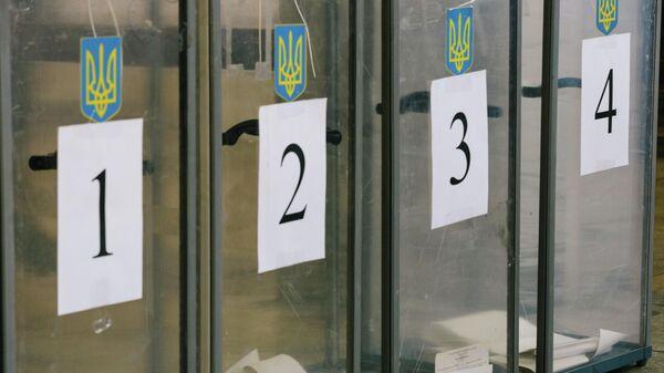 Урны для голосования на избирательном участке в Харькове. 31 марта 2019