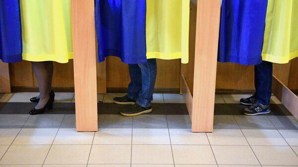 Люди во время голосования на выборах президента Украины на одном из избирательных участков Киева