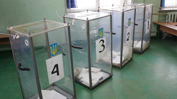 Урны с бюллетенями жителей, проголосовавших на выборах президента Украины