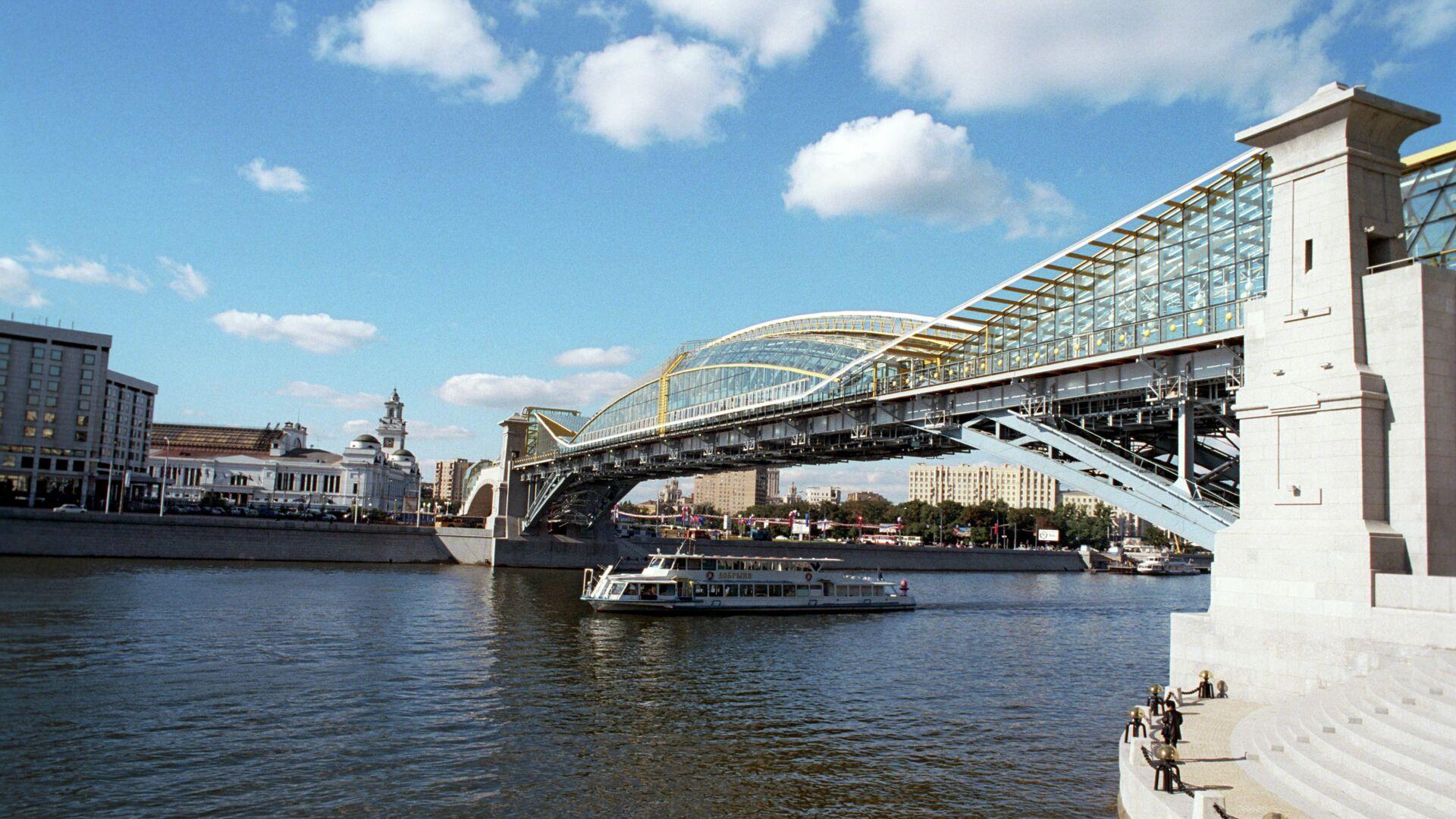Киевский пешеходный мост(мост Богдана Хмельницкого), открытый 2 сентября 2001 года, соединил площадь Киевского вокзала и улицу Плющиху - РИА Новости, 1920, 30.09.2020