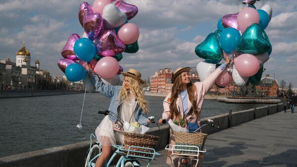 Девушки на Крымской набережной в Москве. Архивное фото