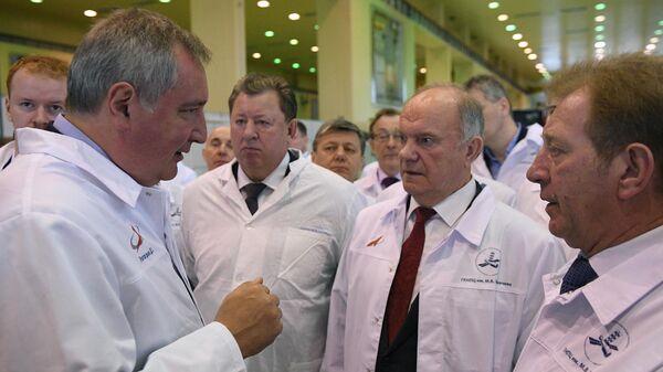 Генеральный директор госкорпорации Роскосмос Дмитрий Рогозин и председатель ЦК КПРФ Геннадий Зюганов во время посещения космического центра имени М.В. Хруничева. 1 апреля 2019
