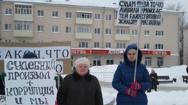 Пикет жителей аварийных домов. Миляуша Терскова — справа