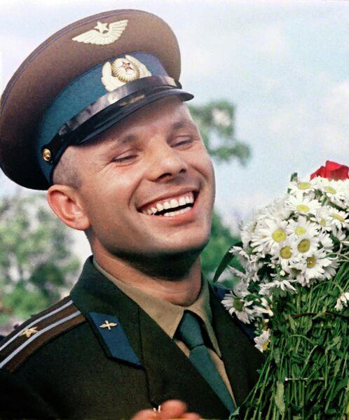Летчик-космонавт СССР Юрий Алексеевич Гагарин с букетом ромашек