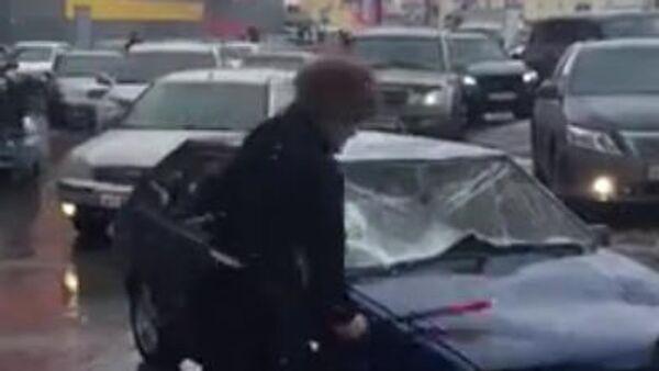 Скриншот видео крушения автомобиля в Новом Уренгое