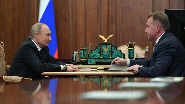 Владимир Путин и председатель государственной корпорации Банк развития и внешнеэкономической деятельности Игорь Шувалов во время встречи. 2 апреля 2019