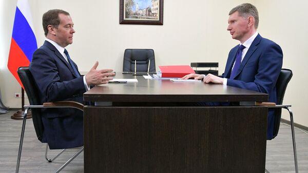 Председатель правительства РФ Дмитрий Медведев и губернатор Пермского края Максим Решетников во время встречи в Перми. 2 апреля 2019