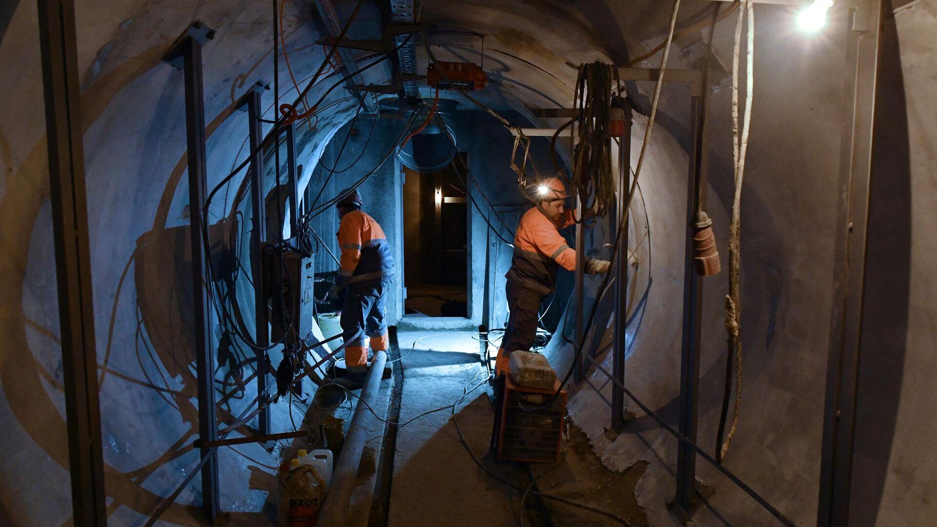 Рабочие проводят строительно-монтажные работы в тоннеле кабельного коллектора - РИА Новости, 1920, 26.01.2021