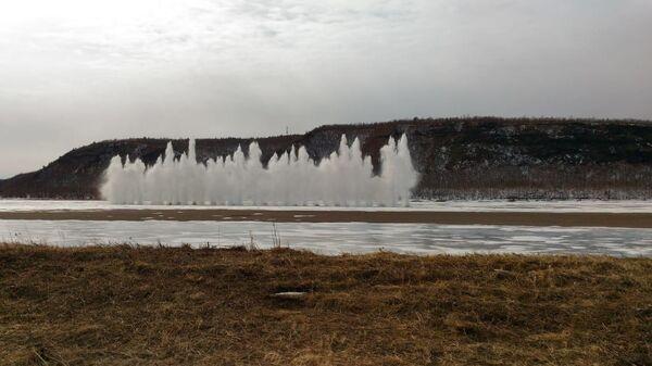 Саперы МЧС приступили к подрыву льда на реке Амур
