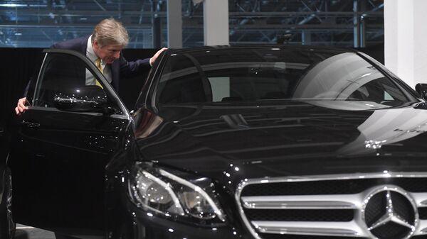 Дмитрий Песков осматривает продукцию завода по производству легковых автомобилей Mercedes-Benz. 3 апреля 2019