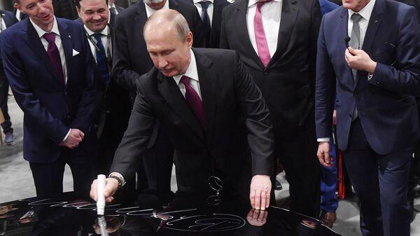 Президент РФ Владимир Путин принимает участие в церемонии открытия завода по производству легковых автомобилей Мерседес-Бенц. 3 апреля 2019