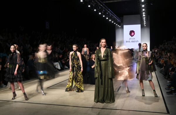 Модели демонстрируют одежду дизайнера из новой коллекции дизайнера Юлии Далакян