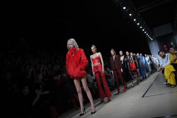 Модели демонстрируют одежду бренда Holy MHPI